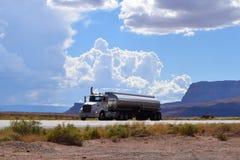 Åka lastbil på vägen, den amerikanska huvudvägen, Arizona, USA Arkivfoto