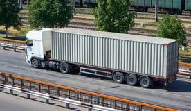 Åka lastbil på vägen, industriell infrastruktur och järnväg, lasttrans., leveransen och sändningsbegreppet Royaltyfri Foto