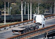 Åka lastbil på vägen, ritter upp över bron, industriell infrastruktur, lasttrans., leverans och sändningsbegrepp Arkivbilder