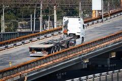 Åka lastbil på vägen, ritter upp över bron, industriell infrastruktur, lasttrans., leverans och sändningsbegrepp Arkivfoto