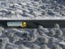 Åka lastbil på vintervägen royaltyfri bild