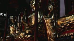 Åka lastbil skottet på guld- buddistiska statyer i kinesisk tempel lager videofilmer