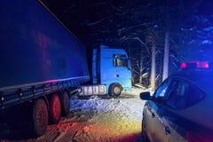 Åka lastbil trafikolyckan på natten, på en snöig vinterväg Bruten lastbil på vägen i snön Arkivbild