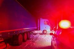 Åka lastbil trafikolyckan på natten, på en snöig vinterväg Bruten lastbil på vägen i snön Royaltyfria Foton