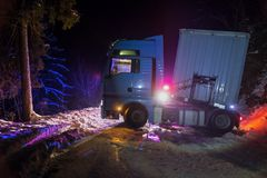 Åka lastbil trafikolyckan på natten, på en snöig vinterväg Bruten lastbil på vägen i snön Royaltyfri Fotografi
