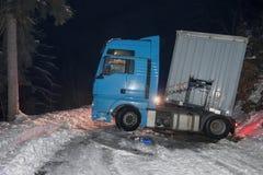Åka lastbil trafikolyckan på natten, på en snöig vinterväg Bruten lastbil på vägen i snön Royaltyfri Bild