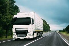 Åka lastbil traktorenheten, början - flyttkarlen, dragkraftenhet i rörelse på vägen arkivbilder