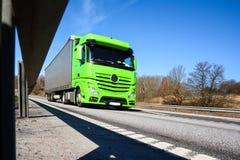 Åka lastbil vägen Arkivbild