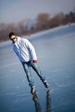 åka skridskor barn för stiligt damm för isman utomhus royaltyfri fotografi