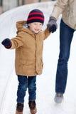 Åka skridskor för familj Royaltyfri Fotografi