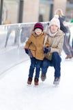 Åka skridskor för familj Arkivfoton