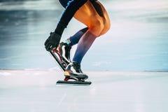 Åka skridskor för hastighet för Closeupflickaidrottsman nen Arkivfoto