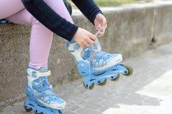 Åka skridskor för klänningar för ståendenärbildflicka Royaltyfri Foto