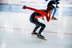 Åka skridskor för konkurrensidrottsman nen Arkivbilder