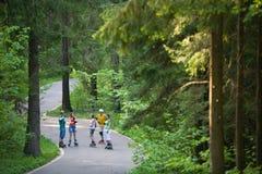 åka skridskor för parkfolk royaltyfria foton