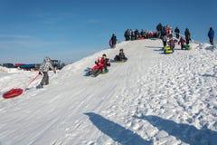 Åka skridskor från en snöglidbana på festivalvintergyckeln i Uglich, Royaltyfri Foto