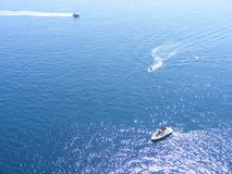 Åka skridskor i sommaren vid havet på fartyg arkivfoto
