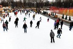Åka skridskor isbanan i den Gorky Central Park, Moskva Royaltyfri Bild