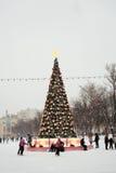 Åka skridskor isbanan i Moskva Arkivbilder
