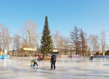Åka skridskor isbanan i staden parkera i den Kemerovo staden Arkivfoton