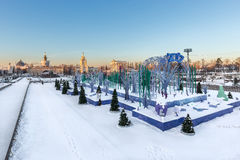 Åka skridskor isbanan på den huvudsakliga gränden av VDNKH, Moskva, Januari 2017 Royaltyfri Bild