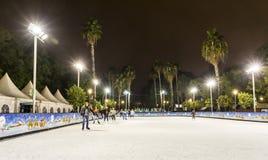 Åka skridskor isbanan på jul som är ganska i Sevilla, Spanien Arkivbilder