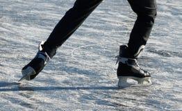 Åka skridskor på en djupfryst sjö Royaltyfri Fotografi