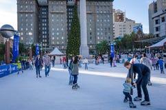 Åka skridskor på Union Square i San Francisco Arkivfoton