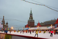 Åka skridskorisbana på röd fyrkant med Kremltornet på bakgrunden Arkivfoton