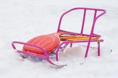 Åka släde i snön, som ligger ledyankien Royaltyfri Bild