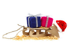 Åka släde med gåvor, den julgran- och Santa Claus hatten Royaltyfri Fotografi