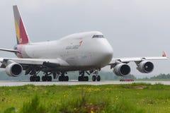 Åka taxi för Boeing 747 Asiana last Fotografering för Bildbyråer