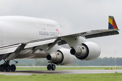 Åka taxi för Boeing 747 Asiana last Royaltyfri Foto