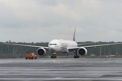 Åka taxi för emiratflygbolag Boeing-777-200 Arkivbilder