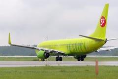 Åka taxi för flygplan Boeing737 S7 Airlines Royaltyfri Fotografi