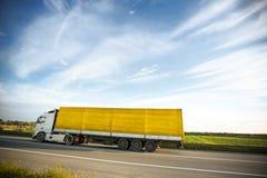 Åker lastbil på en väg Arkivbilder