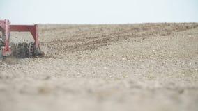 Åkerbruk bakgrund Bonde som odlar fältet genom att använda harv - slowmotion fors stock video