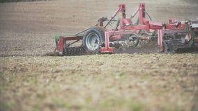 Åkerbruk bakgrund Bonde som odlar fältet genom att använda slowmotion harv - arkivfilmer