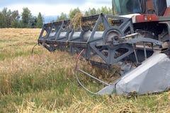 Åkerbruk maskin på ett fält Arkivfoto