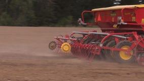 Åkerbruk maskinerispridninggödningsmedel på fältjord lager videofilmer