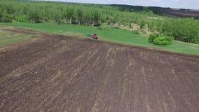 Åkerbruk maskinspridninggödningsmedel på kultiverad fältjord i sommar Plantera skördar stock video