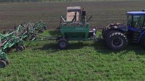 Åkerbruk maskinspridninggödningsmedel på kultiverad fältjord i sommar Plantera skördar arkivfilmer