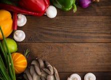 åkerbruka produktgrönsaker för ny marknad Trätabell med matingredienser, ramstil Top beskådar Närbild Royaltyfri Bild