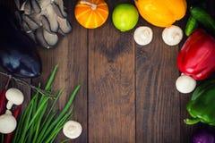 åkerbruka produktgrönsaker för ny marknad Trätabell med matingredienser, ramstil Top beskådar Närbild Arkivbilder