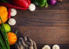 åkerbruka produktgrönsaker för ny marknad Trätabell med matingredienser, ramstil Top beskådar Närbild Fotografering för Bildbyråer