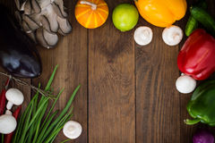 åkerbruka produktgrönsaker för ny marknad Trätabell med matingredienser, ramstil Top beskådar Närbild Arkivfoto