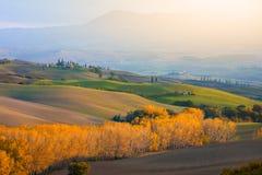 Åkerbrukt landskap för höstkullar i skördtid royaltyfri bild