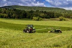Åkerbrukt traktormaskineri Arkivbilder
