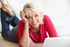 ålderdator henne bärbar datormittkvinna Arkivfoto