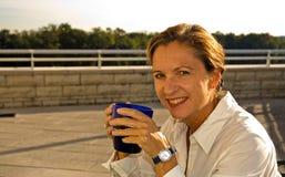 ålderkaffe som dricker medelkvinnan Royaltyfri Fotografi